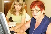 Jaroslava Kyselová (vpředu) trpí vážnou poruchou zraku. Nevzdala se a ve svých šedesáti letech se naučila pracovat s počítačem, který jí velkou měrou usnadnil život. Na snímku své dovednosti konzultuje s vedoucí kolínského pracoviště Martinou Čáslavovou.