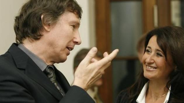Má to za sebou. Ladislav Hrabák s advokátkou Dagmar Raupachovou právě prožívají chvíle radosti. Cejch vraha z obžalovaného muže odvolací soud sejmul.