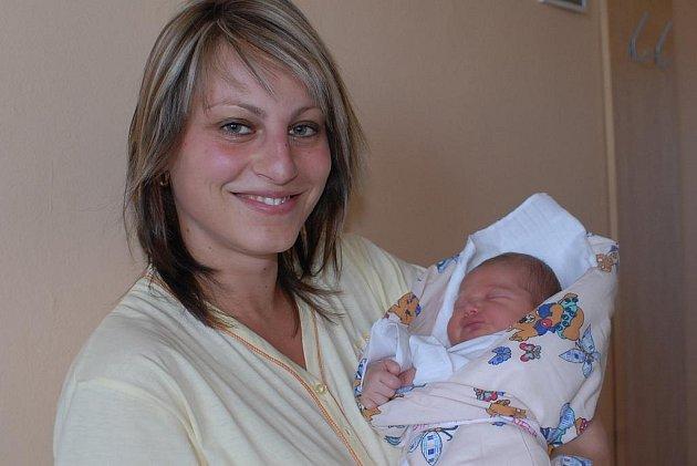 Tříapůlletý Filip se doma v Kolíně radoval 29. srpna z narození Nely Charvátové, která přišla na svět s váhou 3 600 gramů a 51 centimetr. O obě děti se starají rodiče Monika a David.
