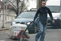 Vozidlo parkující na vyhrazeném stání v ulici Politických vězňů způsobilo problémy se zásobováním obchodu i projíždějícím řidičům