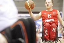 Petr Novák hraje basketbal.