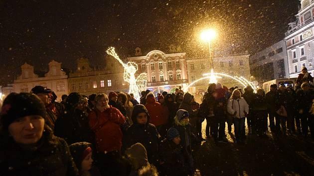 Na Karlově náměstí se navzdory sněžení rozzářila druhá adventní svíčka.