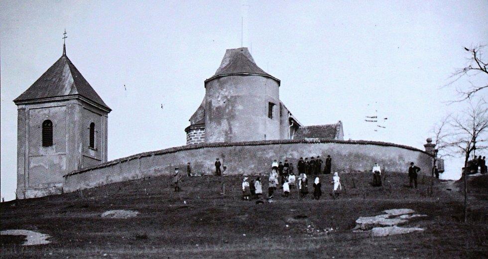 Kostel sv. Jiří v Hradešíně tvoří už přes devět set let dominantu širého okolí, přeci jen i on sám dal za zrod tehdy maličké osadě Radešín.