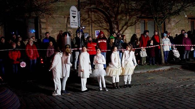 Adventní průvod světýlek vedla českobrodská garda.