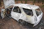 ODCIZENÉ AUTO nakonec dvojice pachatelů ukryla v lesním porostu a zapálila. Zbyly z něj ohořelé trosky.