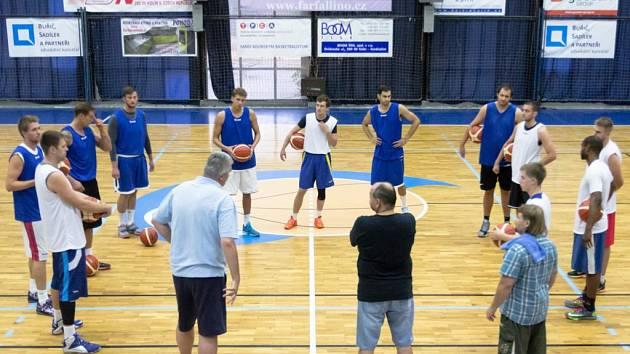 Trenér Predrag Benáček promlouvá na prvním tréninku ke svým hráčům.