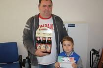 Josef Hykman vyhrál karton piv značky Rohozec, poukázku do pizzerie Týna v hodnotě 200,-Kč a poukázku na cvičení SlimBelly. Pro cenu si přišel ve společnosti syna Pepíčka.