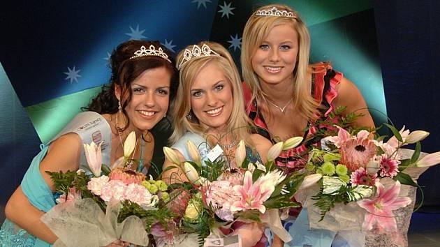 Trio nejúspěšnějších dívek. Miss Kolínska 2007 a zároveň Miss sympatie Veronika Bendová (uprostřed), 1. vicemiss Andrea Hubáčková (vlevo) a 2. vicemiss Andrea Polívková.