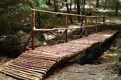 Nově postavený mostek přes řeku Šemberu.