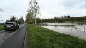Rozvodněný potok v Liblicích se rozlil na pole.
