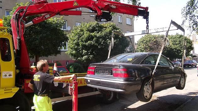 Odtah vraku v Roháčově ulici v Kolíně
