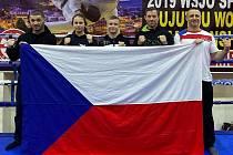 Závodníci z Kolína Jan Škarka (zleva), Lucie Jechová, Sebastien Macháček, Michal Beneš a trenér Martin Heller.