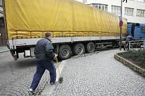 Kuriozní nehoda kamionu v Kolíně