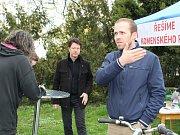 Místostarosta Kolína Michael Kašpar a městský architekt David Mateásko se ve středu odpoledne setkali s obyvateli Kolína v Komenského parku.