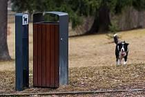 Pejskaři si mnohdy stěžují na malé množství pytlíků na psí exkrementy.
