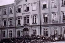 Nyní už ruina u kostela sv. Štěpána v Kouřimi bývala v minulosti chlapeckou školou.