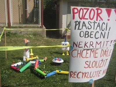 Děti v areálu školy připravily drobné výstavky, které mají kolemjdoucí upozorňovat na nutnost chovat se ekologičtěji.