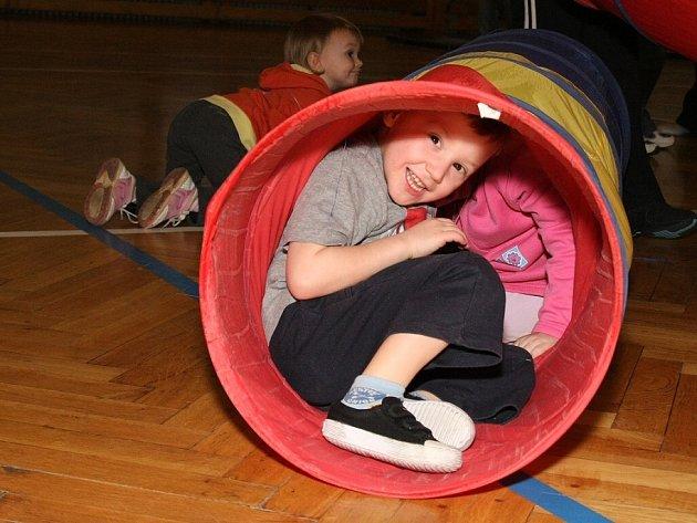 Cvičení dětí s rodiči v hale Bios u 3. ZŠ v Kolíně