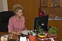Ivana Nováková u svého pracovního stolu