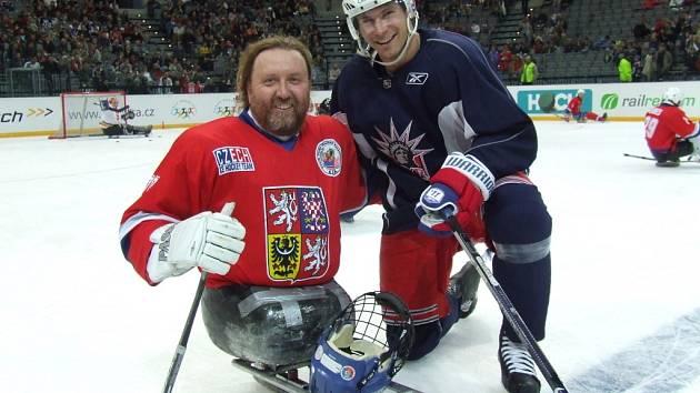 Bývalý hráč SK Draci Kolín a nyní plejer Kohoutů Olomouc Tomáš Kvoch (vlevo) s hokejistou New Yorku Rangers Petrem Průchou.