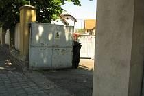 Prostranství mezi Kmochovou a Jaselskou ulicí v Kolíně, tedy schody a zábradlí zezadu u základní školy, takzvané Západky, by se měly dočkat úpravy.
