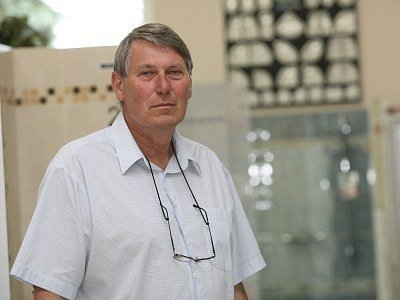 Jan Hančil (57 let) vystudoval SOŠ strojní. Je ženatý a má 2 syny. Podnikat začal roku 1991 velikou shodou náhod. S manželkou spoluvlastní koupelnové centrum UNI  Kolín spol. s r. o. Synové ve firmě pracují. Záliby: práce kolem domku, v zimě rád lyžuje.