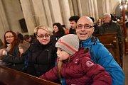 Betlémské světlo si zájemci odnášeli od chrámu svatého Bartoloměje.