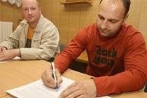 Martin Rejthar podepisuje smlouvu za dozoru manažera Kozlů Josefa Hasila.