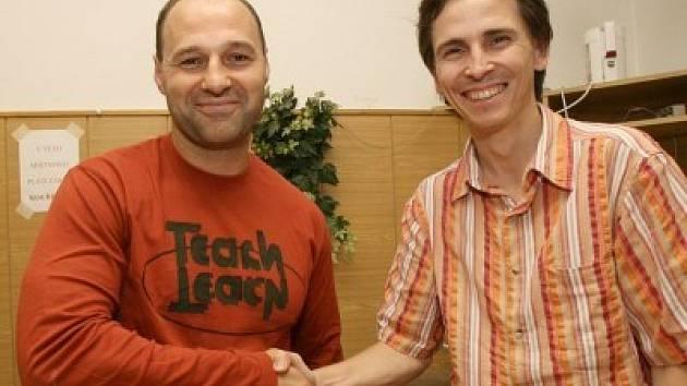 Martin Rejthar (vlevo) si podává ruku s osobním sponzorem Jozefem Chromiakem.