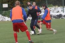 Stav hrací plochy na hlavním hřišti byl neregulérní, proto si fotbalisté Kolína místo zápasu zatrénovali na umělce.