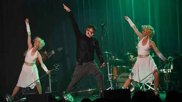 Z koncertu zpěváka Petra Kotvalda v  Městském společenském domě v Kolíně.