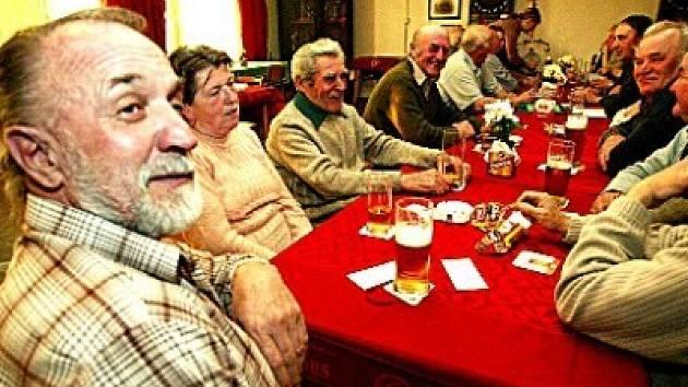 Konárovičtí senioři se pravidelně každý čtvrtek scházejí v restauraci na místním fotbalovém hřišti. Tuto tradici už drží déle než rok.