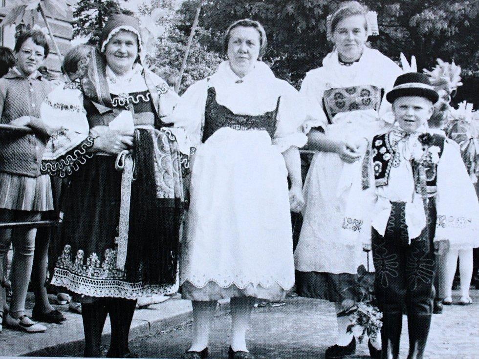 Krojovaný průvod patřil k jedné z lidových tradic Peček.