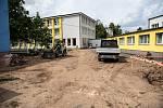 Práce na přístavbách a vestavbách kolínských základních škol.