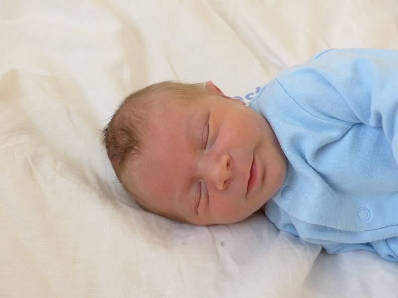 Jaroslav Gruber se narodil 17. září 2021 v kolínské porodnici, vážil 3480 g a měřil 50 cm. Ve Vrbové Lhotě ho přivítali sourozenci Nikolka (12), Kristýnka (10), Toníček (8) a rodiče Nicole a Antonín.