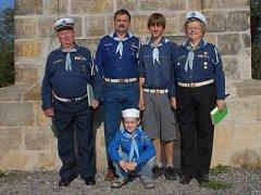 Skautská rodina. Jaromír a Markéta Kuprovi se svým synem a dvěma vnuky.