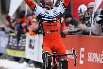 Tomáš Paprstka projíždí vítězně cílem.