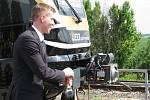 Tak takhle se křtí vlak. Obvyklá sedmička by na to, věru, nestačila. Křtu se ujal majitel Leoš Novotný.