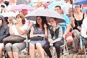 Mažoretky déšť zastavil, fanynkám Pavla Callty nevadil vůbec.