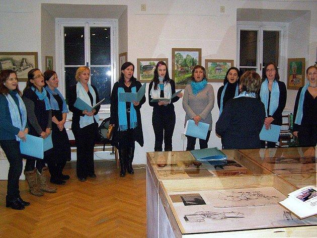 Příznivci výtvarného umění  mají v Kostelci do konce roku možnost  vidět  výsledky prací účastnic kurzů kresby, které vedla  Renata Pacalová.