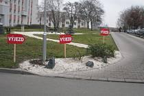 Směrovky pro řidiče v areálu Oblastní nemocnice v Kolíně v době rekonstrukce bývalého pavilonu patologie na ústavní lékárnu.