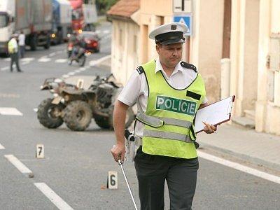 Snímky z místa nehody mladíků na čtyřkolce v Týnci nad Labem.