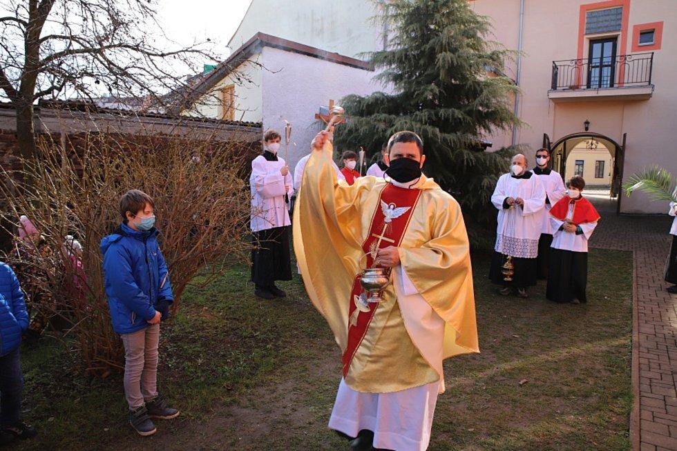 V Českém Brodě se na Květnou neděli sešli věřící na farní zahradě, kde byly posvěceny kočičky znázorňující ratolesti.
