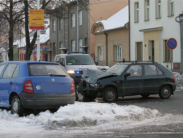 Dopravní nehoda dvou osobních automobilů. Kolín, Veltrubská ulice, 22. ledna 2010