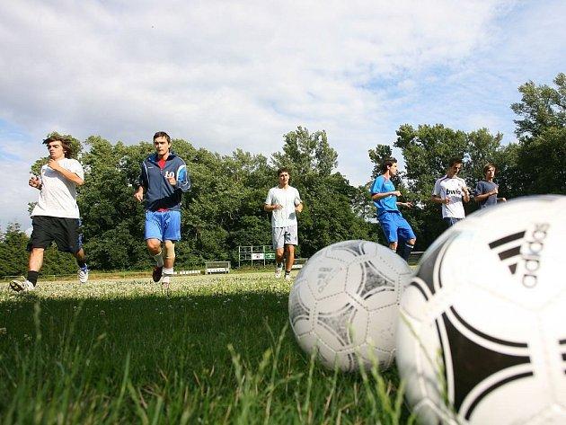 Fotbalisté divizní Velimi zahájili letní přípravu na novou sezonu.