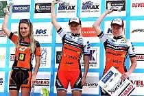 Závodníci z kolínské stáje mají za sebou parádní představení. V Peci pod Sněžkou získali osm medailí. O dvě z nich se postaraly Vendula Kuntová (uprostřed) a Elena Vaníčková (vpravo).