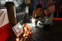 Několik stovek lidí všech generací se sešlo vsobotu před osmnáctou hodinou na kolínském Karlově náměstí před radnicí, aby zavzpomínalo a uctilo památku 17. listopadu.