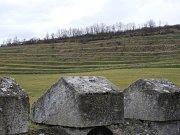 Hřbitovní zeď s neogotickým cimbuřím.