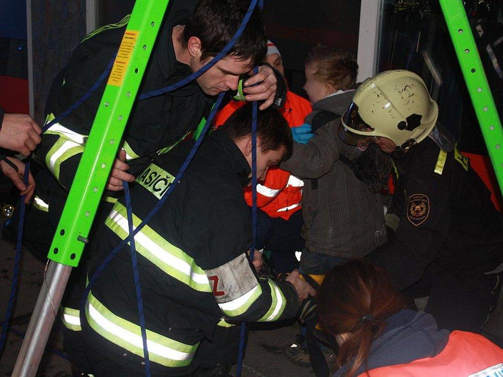 Malé dítě se propadlo do kanálu v Mostní ulici v Kolíně.