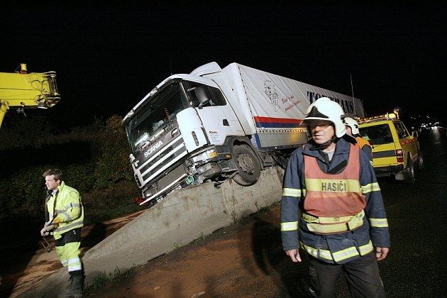 Noční nehoda kamionu na křižovatce směr Poděbrady na výpadovce z Kolína.